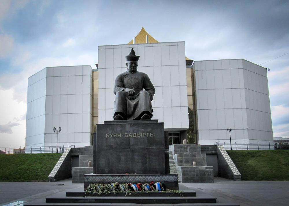Standbeeld in Kyzyl van Boejan Badyrgy