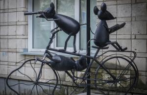Jonge muisjes op een fiets. Akademgorodok Novosibirsk