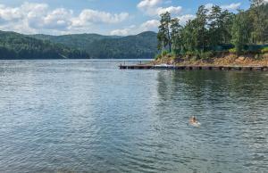 Stuwmeer aan de waterkrachtcentrale nabij Divnogorsk