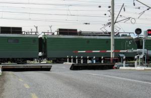 Spoorwegovergang. In Rusland negeer je slagbomen of belsignaal niet