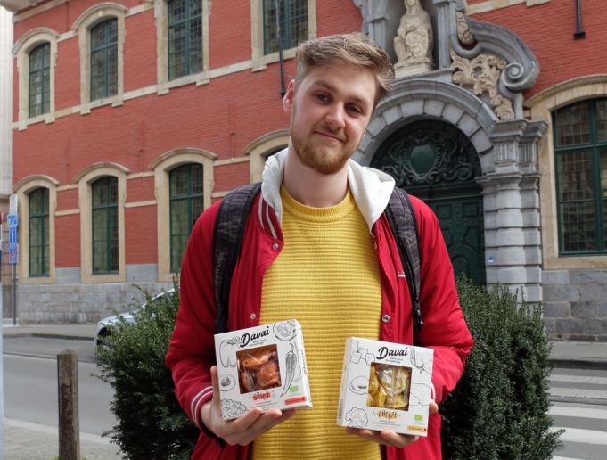 Ruslan Podgaetskiy en tweesoorten 'davaikes': 'spicy' en 'cheezy'' @ Machteld Ryckaert